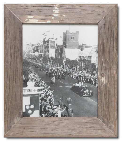 Basic reclaimed wood picture frame for photo format 20 x 25 cm